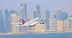 """1º LUGAR: QATAR AIRWAYS - A empresa aérea com sede em Doha saiu do 2º lugar,, em 2014, e desbancou a Cathay Pacific Airways neste ano, sendo eleita a melhor companhia aérea do mundo em 2015 pelo """"Oscar"""" da aviação (Skytrax World Airline Awards). A empresa é metade privada e metade do governo do Qatar"""