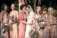 mismatched floral and solid bridesmaids dresses all in flowey fabric with retro cut and pink mauve tones.   Vida Dois » Casamento lindo no campo !