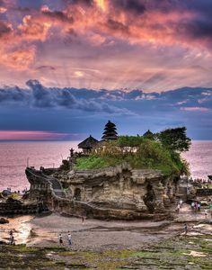 Tanah Lot: es uno de los templos más venerados y visitados por su singular ubicación sobre un promontorio donde coinciden la tierra (tanah) y el mar (lot)