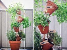 DIY: Kräuterturm aus Tontöpfen Balcony Plants, Kraut, Flower Pots, I Am Awesome, Planter Pots, Home And Garden, Exterior, Cool Stuff, Green