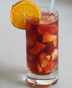 [Sangría] * Ingredientes: 1 manzana  1 melocotón, 1 pera, 1 plátano, 1 limón, Cucharadas de azúcar, 1 medida de ginebra, 1 medida de cointreau, 1 l de vino tinto.  * Preparación: En primer lugar, debes tener una buena jarra, bien grande, donde quepa toda la preparación. A continuación, comienza a cortar la fruta en cubos e introdúcela en la jarra. Añade el azúcar y el litro de vino tinto, a gusto. Lleva a  refrigerador por una hora. Cuando esté listo para servir, añade la medida de ginebra.