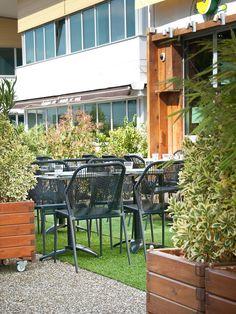 La chaise SCOUBIDOU au design raffiné et une ligne épurée pour du mobilier de style. Dédié a vos espaces professionnels et vos terrasses.Sa structure d'acier inoxydable et polyester, apporte à ce modèle grâce et solidité. L'assise carrée est surmontée d'un dossier tressé en fils gris. #scoubidou_vauzelle #noir #gris #rouge #vert #deco_terrasse #mobilier_terrasse #rouge #noir #vert #gris #couleur #métal #aluminium #patin #exclusivité #vauzelle #vauzelle_ligne #ligne_vauzelle
