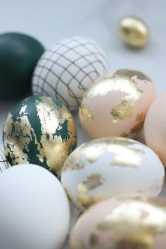 These Easter eggs are on a whole new level! Come see how I turned ugly duckling eggs into these gold beauties! Call them designer eggs. Get inspired and a bunch of ideas for Easter decorating. PS: I show fails too---- WHAT NOT TO DO! Easter Egg Designs, Easter Ideas, Easter Egg Crafts, Gold Easter Eggs, Easter Egg Basket, Egg Dye, Ideas Para Organizar, Diy Ostern, Idee Diy