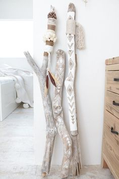 DIY bohemian ethnic interior objects with driftwood . - DIY bohemian ethnic interior objects with driftwood . Pot Mason Diy, Mason Jar Crafts, Diy Casa, Driftwood Crafts, Painted Driftwood, Driftwood Macrame, Driftwood Ideas, Painted Sticks, Diy Décoration