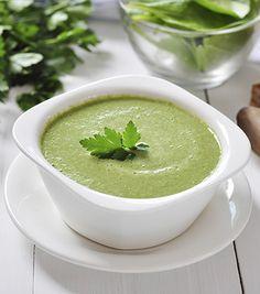 Abusou no fim de semana? Faça para o jantar uma sopa desintoxicante. Ingredientes (6 porções)• 1 dente de alho picado• 1 col. (chá) de azeite extravirgem• 1 litro de água• 5 folhas de couve• 1/2 molho de acelgas• 1/2 molho de espinafres• 1/2 talo de alh...