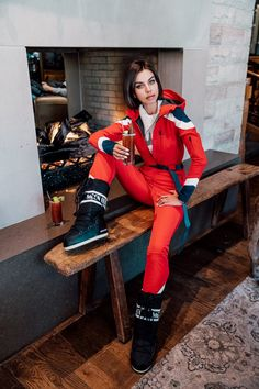 Perfect Moments red ski suit - perfect for Aspen! Paired it with black moon boots for the Bloody Mary ritual at St Regis Aspen, before heading out to the snow Black Boots Outfit, Winter Boots Outfits, Snow Outfit, Outfit Winter, Flight Outfit, Lux Fashion, Ski Girl, Moon Boots, Dinner Outfits