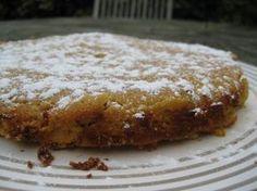 Ce gâteau, n'a pas un gramme de beurre, pas non plus un millilitre d'huile, et pourtant c'est moi qui l'ai fait, incroyable, non ! Et pas non plus le moindre gramme de farine, pourtant on dirait un gâteau pur beurre, tellement il est moelleux. C'est une...
