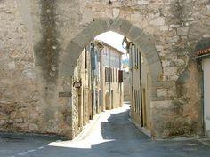 Une des anciennes portes de la Ville de Villeneuve Minervois | Flickr: partage de photos!