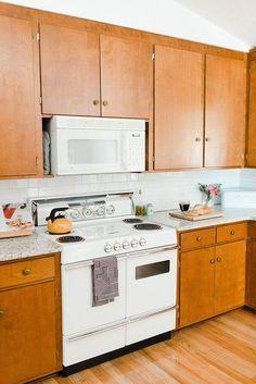 1960s Kitchen, Mid Century Modern Kitchen, Mid Century Kitchens, Cuisines Diy, Cuisines Design, Armoire En Pin, Vintage Kitchen Cabinets, Diy Cabinets, Diy Holz