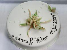 Weniger ist manchmal mehr. Eine Schlichte Hochzeits-Torte mit Massa Ticinoüberzug und Blumen.