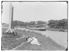 1895 Noordhollands Kanaal met de boot naar Purmerend Dit kanaal loopt van Amsterdam tot aan Den Helder. Het is gegraven tussen 1819 en 1824 Er waren toen grote problemen met de oude vaarroutes.De bestaande vaarten werden uitgediept, verbreed en met elkaar verbonden. Wel 10.000 mannen hebben het karwei met de hand geklaard. Voor een hongerloontje. Want de koning wilde wel een nieuw kanaal maar het mocht niet teveel kosten.