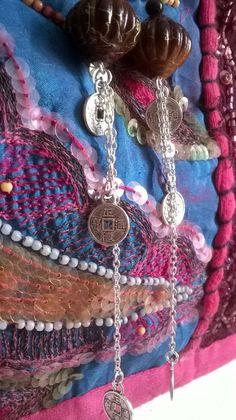 Boucles d'oreilles avec très jolie perle de couleur caramel et filet doré, petite chainette et pieces argentées aux : Boucles d'oreille par caprices-et-compagnie Filets, Crochet Necklace, Creations, Etsy, Earrings, Inspiration, Jewelry, Fashion, Caramel Color