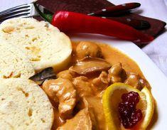 Na rozehřátm másle a oleji zpěníme jemně pokrájenou cibuli, přidáme kousky masa, zprudka orestujeme, osolíme, posypeme paprikami, necháme... Stew, French Toast, Food And Drink, Meat, Chicken, Breakfast, Red Peppers, Morning Coffee, Cubs