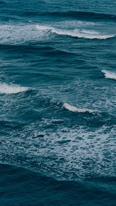 Fundo de tela oceano azul, ondas e espuma do mar. Vista do chapadão de pipa/ Rio Grande do Norte. Para amantes do mar!  Baseado nas dimensões de tela do iPhone 8 plus. Mars Wallpaper, Ocean Wallpaper, Tumblr Wallpaper, Wallpaper Backgrounds, Best Iphone Wallpapers, Blue Wallpapers, Beach Vibes, Blue Aesthetic, Aesthetic Pictures
