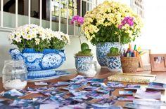 Mesa das recordações ♥ Com fotos impressas em adesivos para os convidados colarem do caderno!