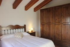 Our rooms | MAS SALOM | Turisme Rural. Relax in our rustic bedrooms while you discover the panoramic views of the courtyard and fields. #caldesdemalavella #girona #rural #turismerural #accommodation #costabrava #laselva #rustic #incostabrava