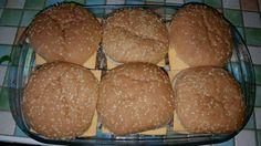 Cheesburger Auflauf  Zutaten: 6 Burgerbrötchen Scheibletten 500g Gehacktes Pfeffer Salz 2 Zwiebeln Gurken Senf, Ketchup  Gehacktes mit klein geschnittene Zwiebel, Pfeffer u. Salz krümelig an…