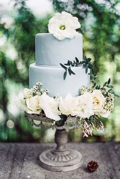 blue wedding cake | image via: magnolia rouge