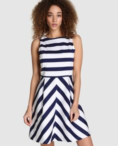 Vestido corto con estampado de rayas en azul marino y blanco. Sin mangas 965271006890