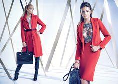 Lookbook -  Autumn Winter 2014/15 Czerwona marynarka wraz z wysoką spódnicą. Wzorzysta bluzka. Płaszcz, wysokie skórzane kozaki, czarna teczka, czerwona spódnica, szara bluzka.