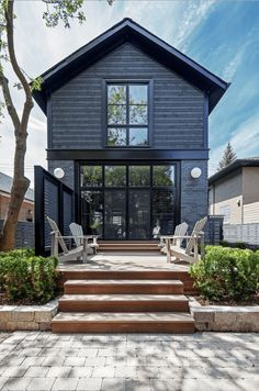 Ingenious Ideas Black Exterior Paint Architecture - Modern Home Design With Our Architects Exterior Paint Colors, Exterior Design, Vinyl Siding Colors, House Exterior Color Schemes, Brick Design, Black House Exterior, Wall Exterior, Grey Exterior, Black Windows Exterior