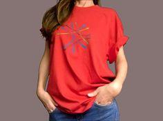 ENLACES camiseta rojo cálido regalo único unisex por miritaTshirts