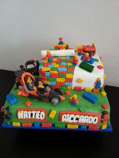 Torta The Lego Movie. Decorazioni interamente fatte a mano in pasta di zucchero.
