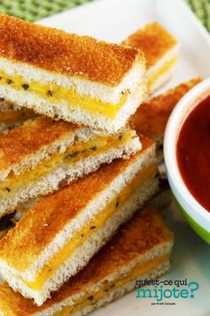 Lanières de sandwich au fromage fondant au four à l'italienne #recette Classico Pasta Sauce, Sandwiches, Microwave Bowls, Cracker, Fresh Chives, Fondant, Cooking Instructions, White Bread, Calories