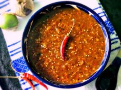 authentic mexican salsa Chile de Molcajete: Roasted tomatillo and chile de rbol salsa Salsa Picante, Sauce Salsa, Taco Sauce, Roasted Tomatillo Salsa, Tomatillo Sauce, Salsa Verde, Hot Sauce Recipes, Spicy Recipes, Cooking Recipes