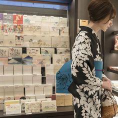 . 三松オリジナル浴衣【 葉 (ブラック)】 . . シンプルなシルエットの葉柄の浴衣。 クールなブラック、 爽やかながらも落ち着いたカラーのライトブルーの2色。 水滴のように散りばめたドットが アクセントになっています。 . . 反物価格 : ¥28.000 +tax プレタ価格 : ¥34.000 +tax . . . #きものの三松 #三松 #しゃら #着物 #浴衣 #着物女子 #浴衣女子 #ゆかた #きもの #kimono #yukata #japan #japanbeauty #tradition #black Yukata Kimono, Kimono Dress, Japanese Design, Japanese Kimono, Kimono Fashion, Fasion, Asian Beauty, Hippy, Womens Fashion