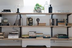 Snygg platsbyggd bokhylla med elementskydd