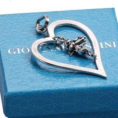Ik hou van jou! 1e Gehalte zilveren harthanger waarin cupido met pijl en boog gemaakt door Raspini te Italie, nieuw in geschenkverpakking. Leuk groot hart, 6 cm lang x 4,2 cm breed, 11,5 gram.