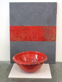 Azulejos y lavabo rojo