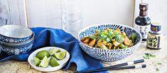 Helppo ja maukas nuudeliwokki syntyy nopeasti maustetahnasta. Noin 4,55€/annos. Thai Recipes, Asian Recipes, Fish And Seafood, Fresh Rolls, Risotto, Serving Bowls, Curry, Pasta, Tableware