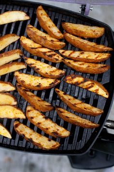 Tender in the middle and crispy around the edges, these Perfect Grilled Potato Wedges are easy to make and go perfectly with whatever else you may be grilling! Grilled Fruit, Grilled Vegetables, Grilled Potato Recipes, Veggie Recipes, Perfect Grill, Gluten Free Puff Pastry, Potato Wedges, Cooking On The Grill, Grill Pan