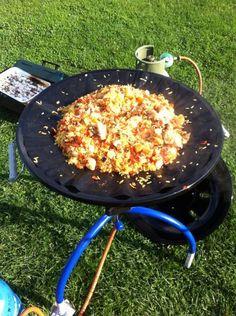 Een perfecte paella om op de camping te eten. Maar thuis smaakt hij ook lekker hoor. Makkelijk en snel klaar. Camping Grill, Camping Meals, Grilling, Outdoor Food, Outdoor Cooking, Paella, Food Vans, Multicooker, Bbq Party