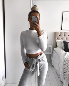 How to look chic while staying #cozy this #fall : long sleeve crop top sweater and high waist grey pants.