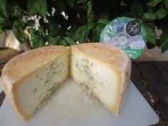 Queso azul de dos leches (mezcla de leche cruda de cabra y leche cruda de oveja) elaborado por la Quesería El Cabriteru, Arenas de Cabrales.  Es un queso sabroso, de dlicado aroma y regusto elegante.