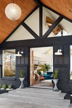 41 fantastic modern farmhouse exterior design ideas that looks cool 20 Back Porch Designs, Modern Lake House, Modern Wood House, Modern Log Cabins, Modern Cottage, Design Exterior, Modern Farmhouse Exterior, Barn Lighting, Exterior Lighting