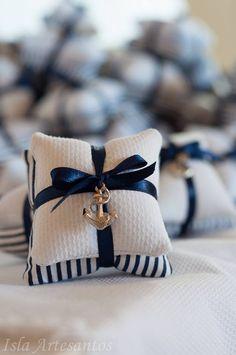 Almofadinha perfumado feito em piquet branco e tecido 100 % algodão podendo ser feito em outras cores e estampas e para qualquer ocasião, maternidade, aniversario, batizado e outras.