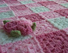 Pink Crochet Rose Blanket Granny Square Baby Blanket por puddintoes