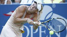 Haarige Angelegenheit... Beim 6:3, 6:4-Erfolg bei den US Open gegen Aliaksandra Sasnovich blieb Caroline Wozniacki mit den Haaren an ihrem Schläger hängen
