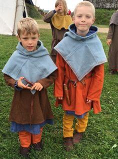 Emil og Hjalte i deres nye vikingetøj, som jeg har syet. Bork Vikingehavn, august 2016.