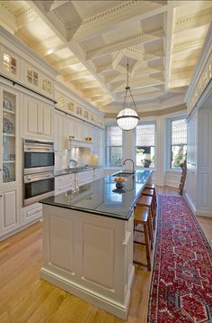 Looking for White Traditional Kitchen and Eat-In Kitchen ideas? Browse White Traditional Kitchen and Eat-In Kitchen images for decor, layout, furniture, and storage inspiration from HGTV. Beautiful Kitchens, Beautiful Interiors, Kitchen Cabinet Inspiration, Kitchen Ideas, Cabinet Ideas, Kitchen Designs, Kitchen Decor, Painting Kitchen Cabinets, Glass Cabinets