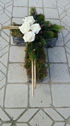 Arrangements Funéraires, Funeral Floral Arrangements, Modern Flower Arrangements, Christmas Arrangements, Cemetery Decorations, Memorial Flowers, Cemetery Flowers, Sympathy Flowers, Funeral Flowers