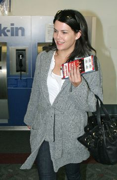 Lauren Graham Photos: Celebs fly for the Holidays at LAX