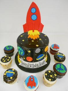 Space Birthday Cake and Cupcakes – Dekor Ideen Solar System Cake, Space Cupcakes, Rocket Cake, Planet Cake, Dessert Oreo, Astronaut Party, Galaxy Cake, Bolo Cake, Novelty Cakes