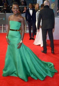 Lupita Nyong'o, espectacular con un vestido verde de Dior en los premios BAFTA británicos.