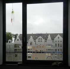 In window foil cut out facades. Glass Design, Wall Design, Entry Hallway, Window Film, Decorative Storage, Decoration, Decor Crafts, Office Decor, Ramen