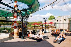 Bij Oostappen Vakantiepark Zilverstrand kom je ogen te kort! Hier vind je witte stranden rondom de grote waterplas, een overdekte plaza met o.a. een subtropisch zwembad, indoor speelpaleis, restaurant, snackbar en ijscorner. Je kunt heerlijk ontspannen en genieten op het park of actief fietsen en wandelen in de prachtige omgeving van Mol. Lange fiets- en wandelpaden leiden je langs de mooiste plekjes van de Antwerpse Kempen.